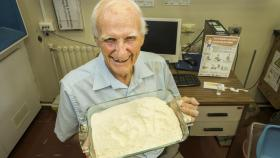 Dr Howard Bradbury AM with a dish of cassava flour. Photo by Stuart Hay.