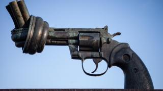 The Knotted Gun Scupture in New York is a symbol of arms control in the US. Photo: Flikr.