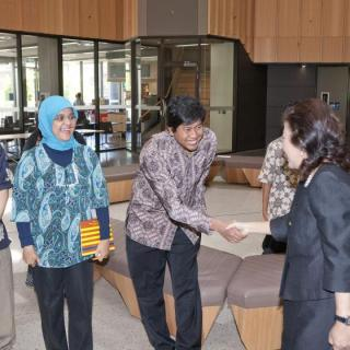 ANU alumnus and former Indonesian trade minister Mari Elka Pangestu (right) meets Project PhD students in 2010.